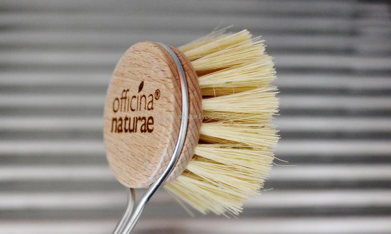 Dettaglio spazzola piatti con manico Officina Naturae