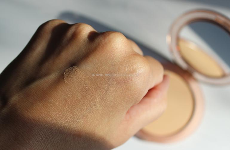 Swatch cipria Close-Up Smoothing Pressed Powder Nabla Medium